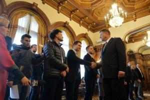 Presedintele Klaus Iohannis da mana cu reprezentantii societatii civile veniti la consultari privind formarea unui nou Guvern, vineri, 6 noiembrie 2015 la Palatul Cotroceni din Bucuresti. ANDREEA ALEXANDRU / MEDIAFAX FOTO